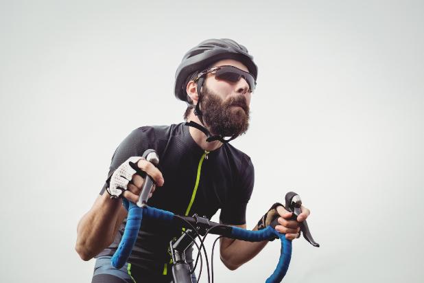 Los 6 errores más comunes que cometen los ciclistas cuando usan el casco