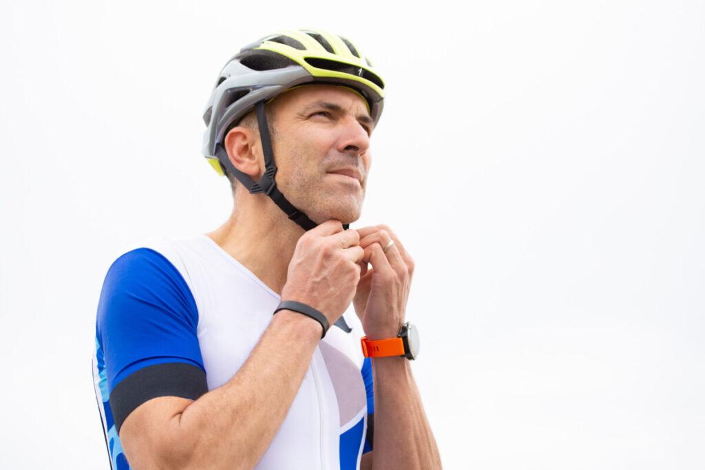 Evita la mala costumbre de llevar el casco desajustado, en la mano o colgando del manillar. Te damos algunos consejos de buen uso para que viajes protegido durante tus aventuras en bicicleta.