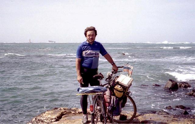 Vladislav Ketov es un artista ruso que le dio la vuelta al mundo en bicicleta siguiendo la ruta de la línea costera de cuatro continentes: Europa, África, Asia, América del Norte y del Sur.